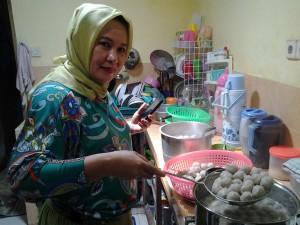 Bu Said Ingin membuatkan bisnis warung bakso untuk anak anaknya, lokasi di pilih di langsa Aceh...semoga sukses